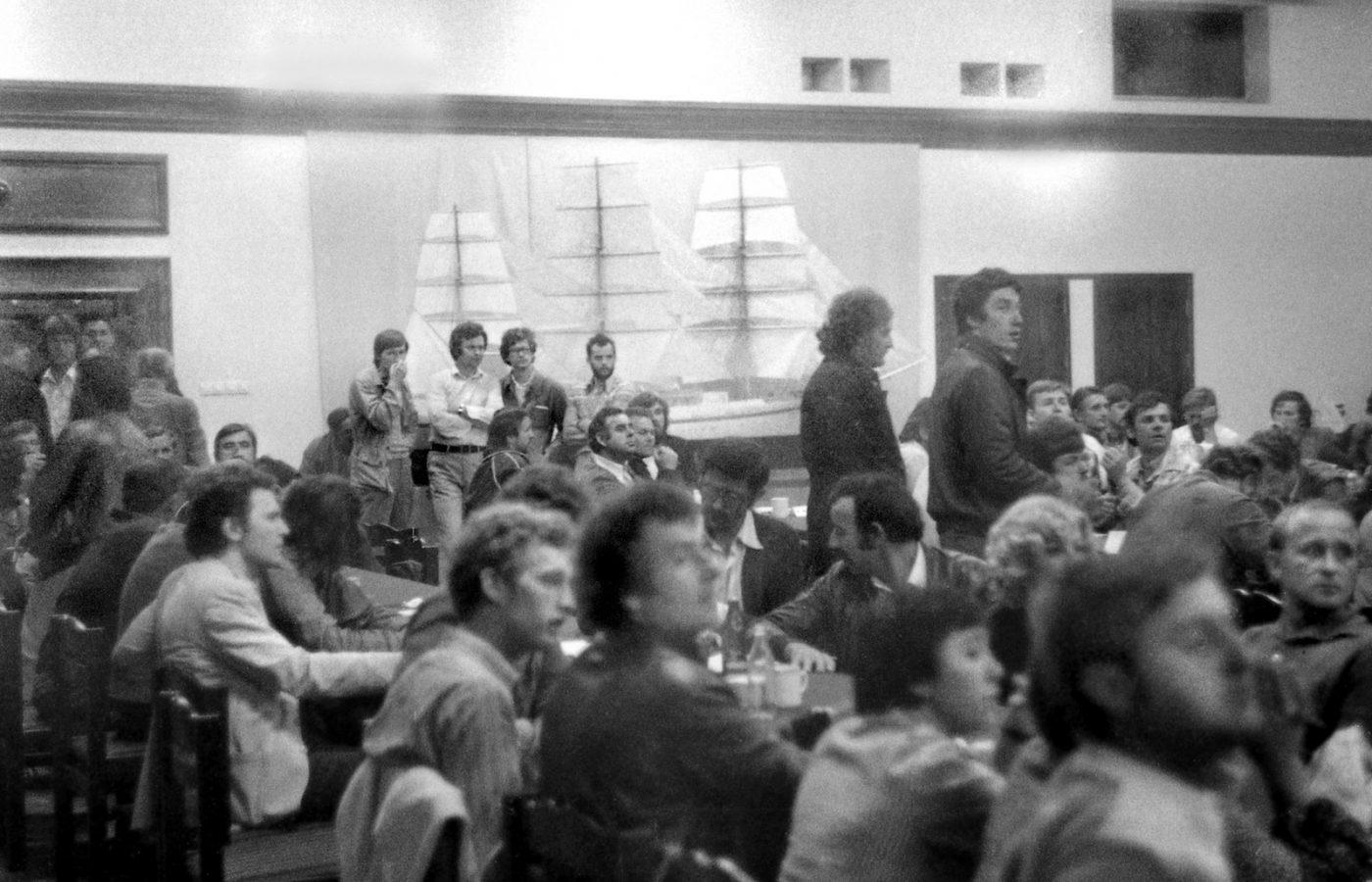 Sala BHP Stoczni Gdanskiej w czasie strajku w sierpniu 1980 r. W glebi pod zaglowcem stoja od prawej: Maciej Grzywaczewski i Aram Rybicki